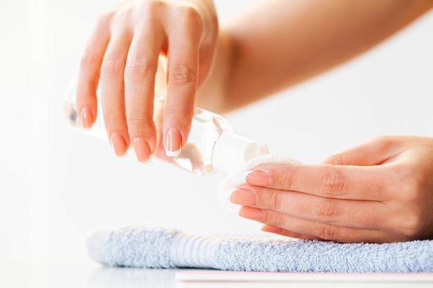 Le unghie della bella donna con il manicure francese