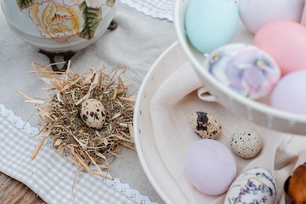 Le uova di pasqua decorative hanno servito la tavola festiva. azienda agricola. stile rustico