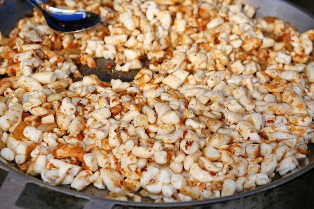 Le uova fritte del calamaro in pentola, mercato dell'alimento della via in tailandia.