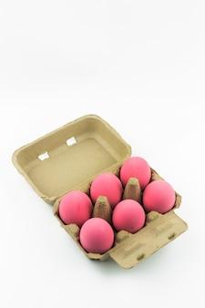 Le uova rosa del secolo o l'uovo conservato anatra imballano isolato su fondo bianco