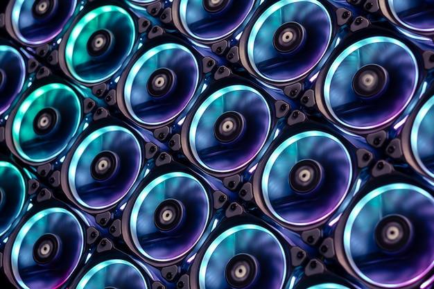 Le ventole di raffreddamento colorate impediscono il surriscaldamento di grandi schede grafiche e processori cpu