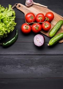 Le verdure fresche di vista superiore copiano lo spazio