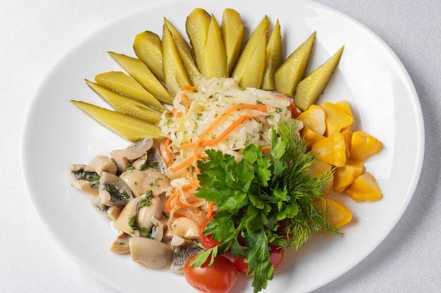 Le verdure marinate invernali si mescolano sul piatto