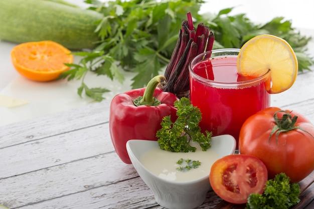 Le verdure rosse mescolano il succo