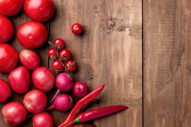 Le verdure rosse sul tavolo di legno