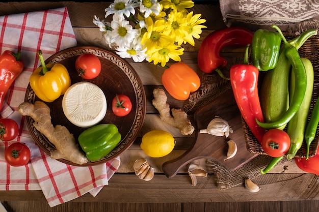 Le verdure si mescolano su una tavola di legno
