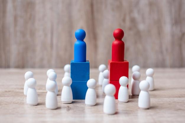 Leader di uomo d'affari rosso e blu con la folla