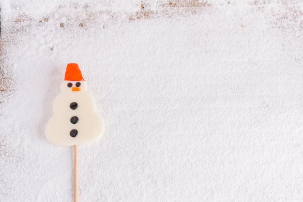 Lecca lecca a forma di pupazzo di neve sul bastone