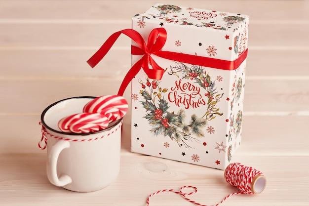 Lecca lecca di dolci di capodanno sul tavolo con regali