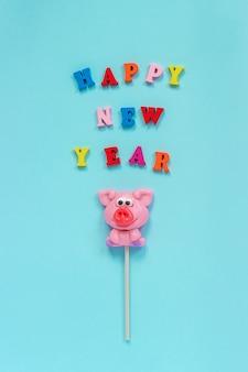 Lecca-lecca di maiale e testo felice anno nuovo