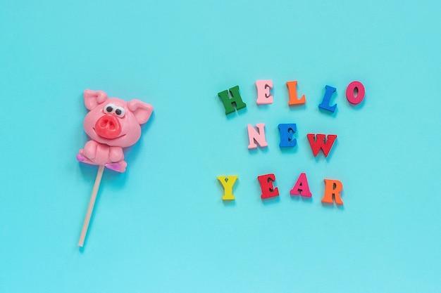 Lecca lecca di maiale e testo hello new year