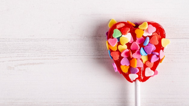 Lecca-lecca dolce ricoperta di caramelle colorate