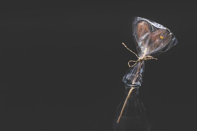 Lecca lecca ricci dietetici. trasparente e con elementi luminosi. su un bastone. su uno sfondo nero.