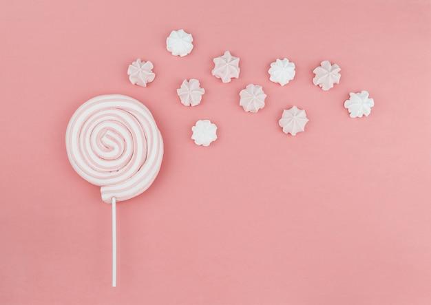Lecca-lecca rotonda marshmallow sul bastone con meringa sul rosa