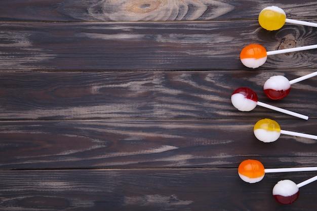 Lecca-lecca su sfondo marrone. caramella dolce.