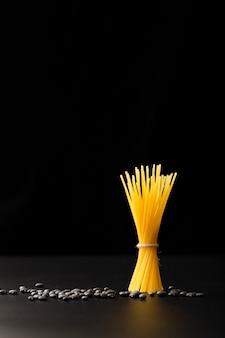 Legame di pasta con fagioli su uno sfondo scuro
