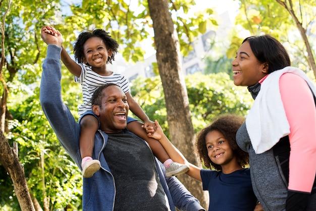 Legame familiare africano nel parco