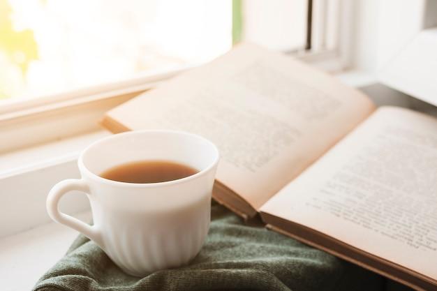 Leggere un libro e bere caffè