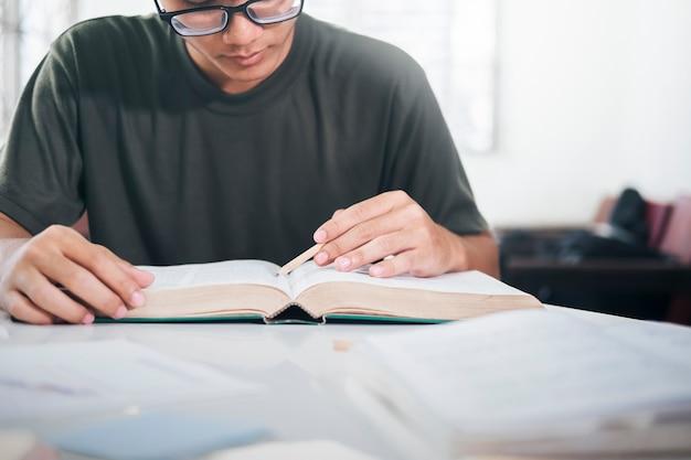 Leggere un libro. istruzione, accademico, apprendimento della lettura e concetto di esame.
