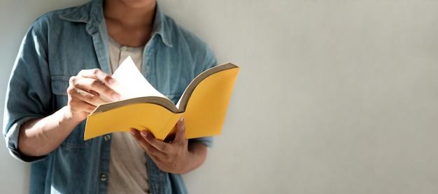 Leggere un libro. istruzione, apprendimento concetto di lettura.