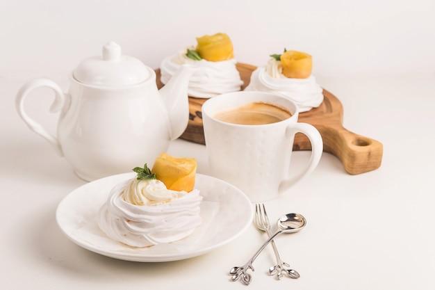 Leggero dessert di pavlova festivo a base di meringa, kurt al limone e panna montata