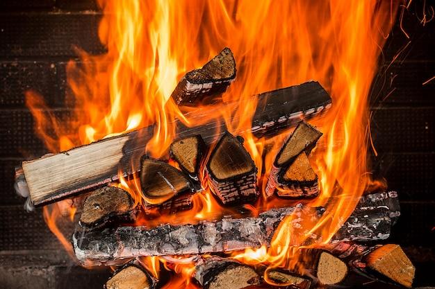 Legna da ardere bruciante nella fine del camino su