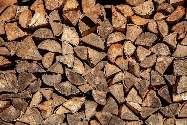 Legna da ardere per legna da ardere, sfondo di legna da ardere tritata secca registra in un mucchio