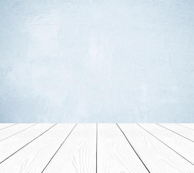 Legno bianco di prospettiva sopra il fondo della parete del cemento