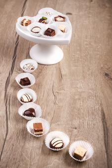 Legno con praline di cioccolato, spazio per il testo