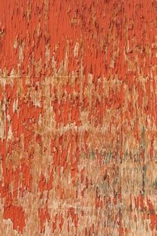 Legno consumato con vernice scheggiante sulla superficie