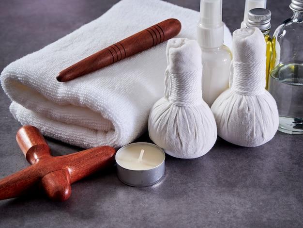 Legno di guasa e olio per massaggi. spa