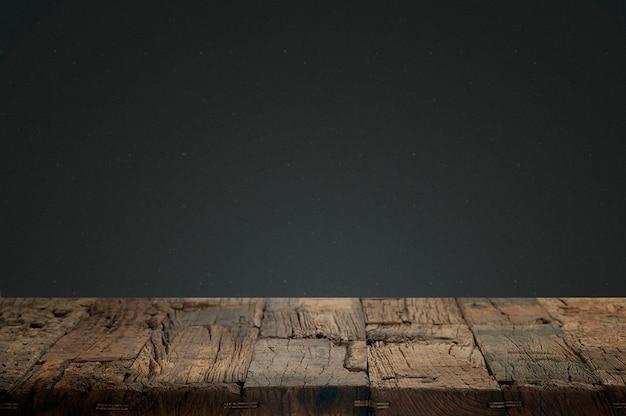 Legno incrinato con uno sfondo scuro