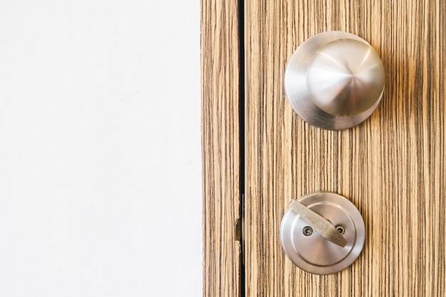 Legno lucchetto aperto davanti buco della serratura