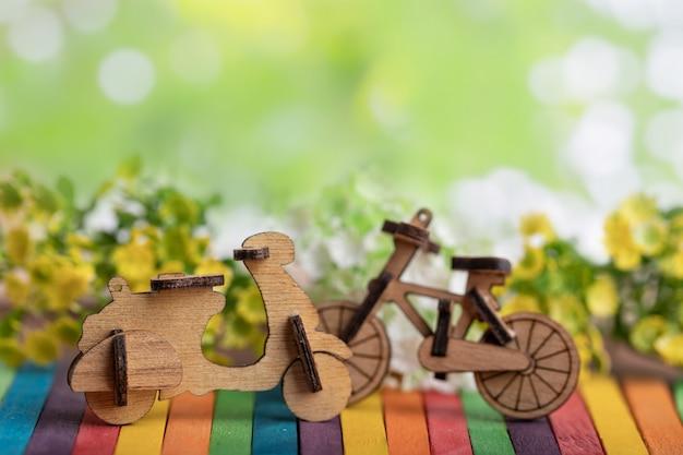 Legno modello di moto e biciclette posto su legno colorato