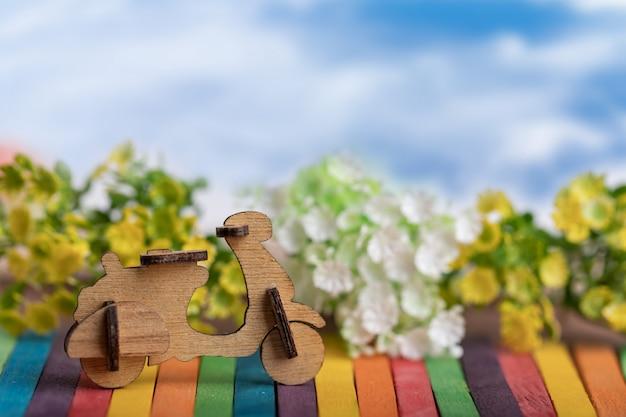 Legno modello di moto posto su legno colorato