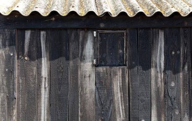 Legno nero invecchiato con tetto ondulato in spiaggia balearica