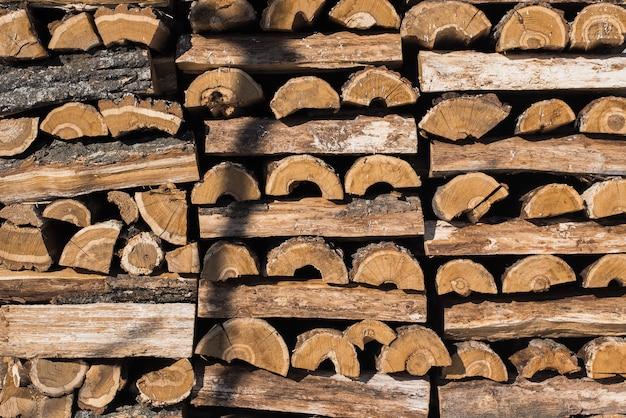 Legno scheggiato nella neve. catasta di legna (pila di legno)