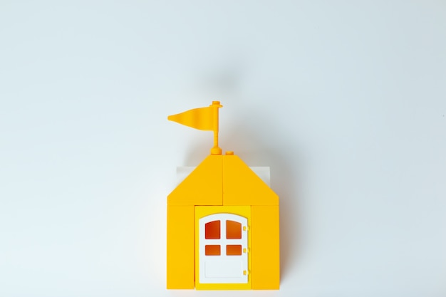 Lego house, resta a casa, stai al sicuro. casa giocattolo gialla con la famiglia lego. autoisolamento durante il virus. ministero degli interni con la famiglia.