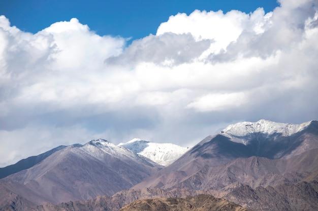 Leh ladakh, catena montuosa dell'himalaya e neve e nuvoloso nella regione del ladakh, stato del jammu e kashmir, parte settentrionale dell'india