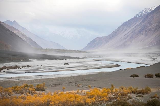 Leh ladakh, splendido paesaggio, autunno colorato e montagne dell'himalaya