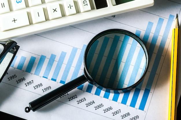 Lente d'ingrandimento e grafico di crescita aziendale