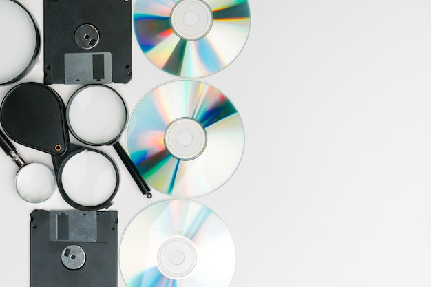 Lente d'ingrandimento, floppy disk e cd