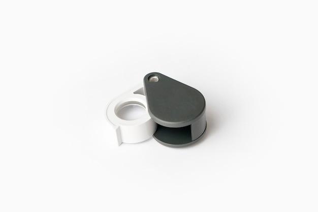 Lente d'ingrandimento per diamanti o vedere l'amuleto isolato su uno sfondo bianco.