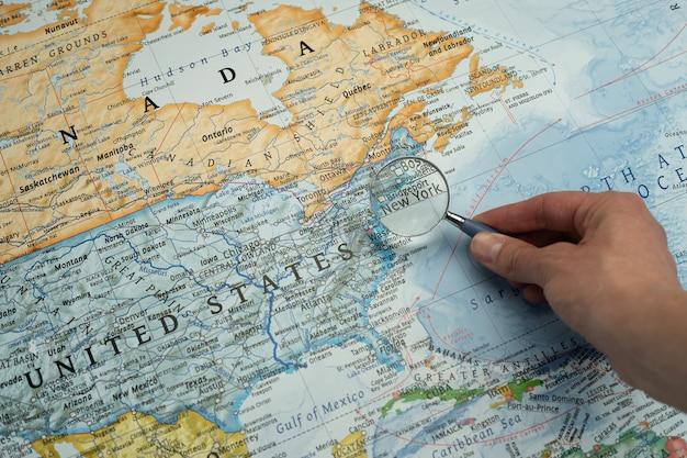 Lente d'ingrandimento su new york, stati uniti in una mappa mondiale.