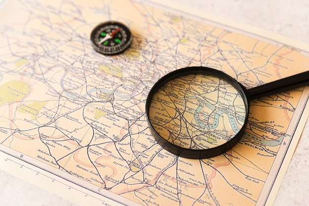 Lente d'ingrandimento su una vecchia mappa di viaggio