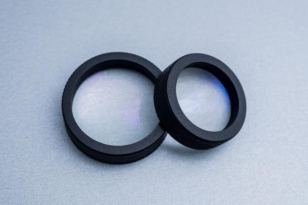 Lente per oftalmoscopia indiretta sul tavolo grigio.