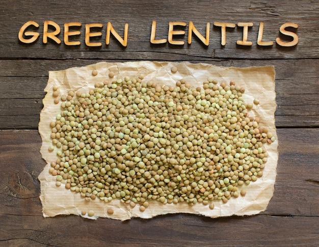 Lenticchie verdi sulla tavola di legno con parole sulla tavola di legno marrone