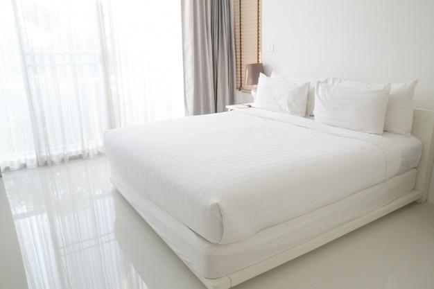 Lenzuola e cuscini bianchi
