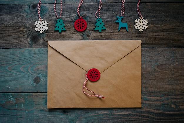 Lettera a babbo natale, busta con decorazioni natalizie in legno a forma di sigillo di cera