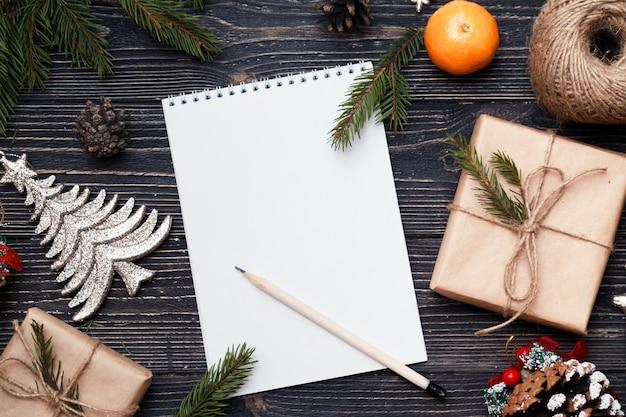 Lettera a babbo natale e regali di natale su fondo di legno scuro